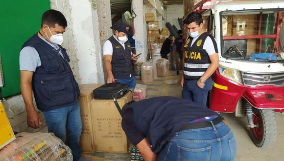 Piura: Agentes de la Divincri Piura incautaron más 15 mil cigarrillos de contrabando enviados bajo la modalidad de encomienda. (Foto PNP)