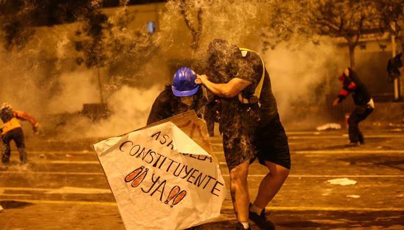 Eran más de las 9 de la noche cuando la policía atacó con una lluvia de bombas lacrimógenas a los manifestantes luego de que un grupo pequeño empezó a sacar las rejas de protección. En ese momento se desató el caos. (GEC)