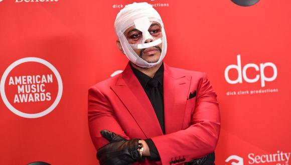 The Weeknd causó polémica tras aparecer con la cabeza vendada en la gala de los American Music Awards 2020. (Foto: AFP)