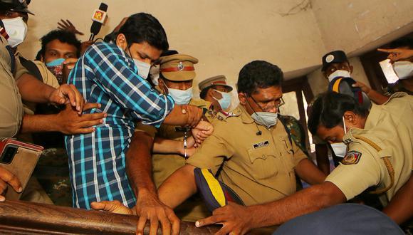 La policía detiene a Sooraj Kumar después de ser sentenciado a cadena perpetua por asesinar a su esposa con una víbora, en Kollam, en el estado indio de Kerala. (Foto: AFP)