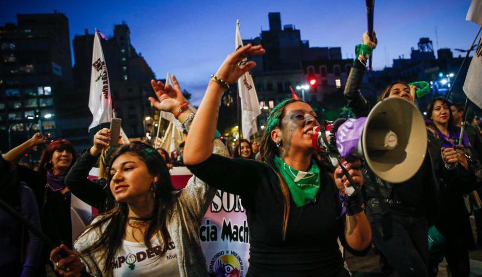 Mujeres marchan contra feminicidios y por el aborto legal en Argentina. (Foto: AFP)