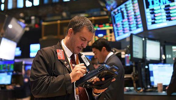 El indicador S&P 500 anotaba una avance de 0.42% hasta los 2,883.66 enteros en las primeras operaciones en Wall Street. (Foto: AFP)