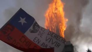 Multitudinaria marcha en Chile termina con dos iglesias quemadas y saqueos