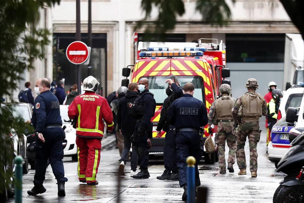 Las fuerzas de seguridad francesas caminan en la Rue Nicolas Appert. Zona ubicada cerca de las antiguas oficinas de Charlie Hebdo en París. (EFE/EPA/IAN LANGSDON).
