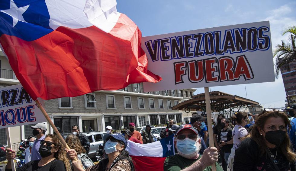Personas protestan contra la masiva migración venezolana que ha llegado a Chile. (Foto de Martin Bernetti / AFP)