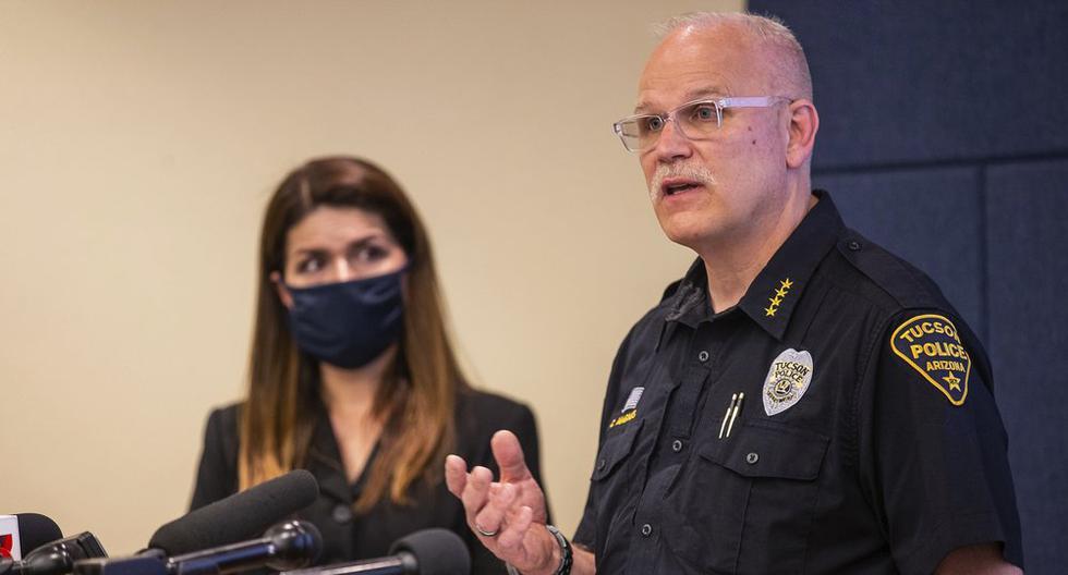 El jefe de policía de Tucson, Chris Magnus, a la derecha, habla mientras la alcaldesa Regina Romero escucha durante una conferencia de prensa, el miércoles 24 de junio de 2020. (Foto: Josh Galemore/Arizona Daily Star via AP)