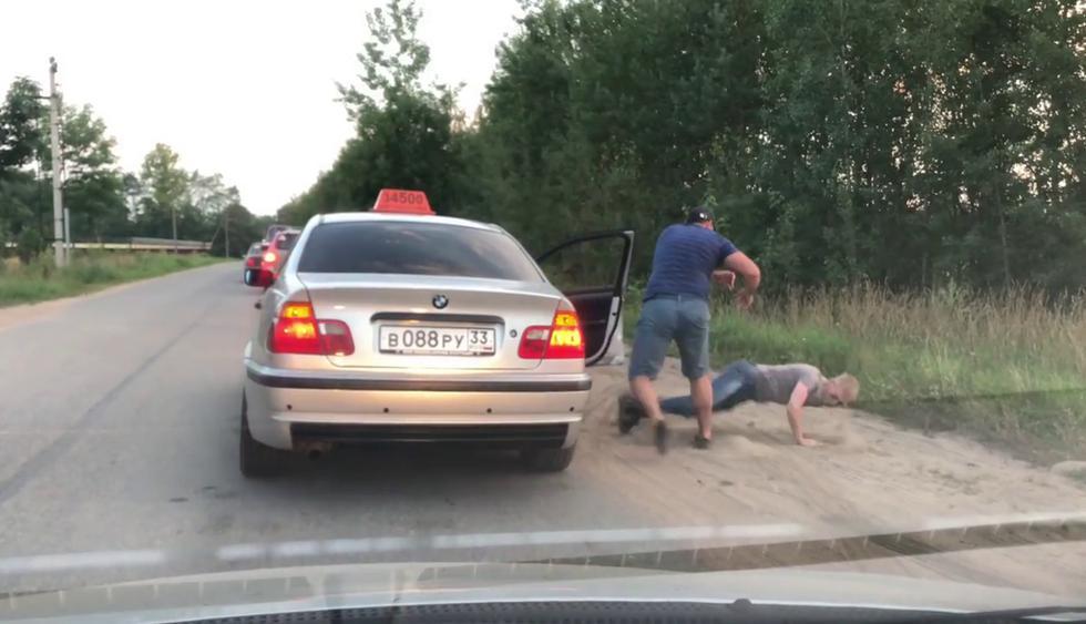 Taxista decidió enseñarle buenos modales a un pasajero de una forma extrema. (Crédito: ViralHog en YouTube)