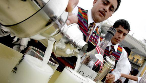 """Los barmans preparan el """"pisco sour"""" en la Plaza Mayor de Lima. (JAIME RAZURI / AFP)."""