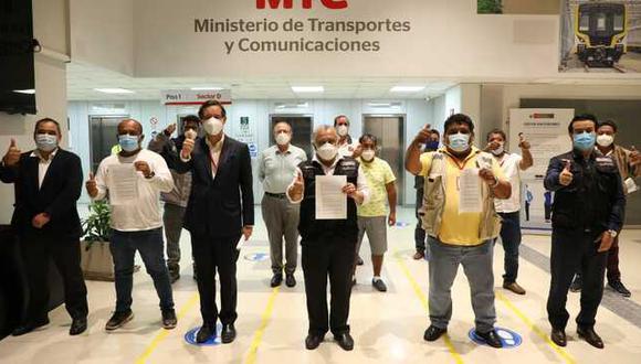 Los transportistas de carga pesada firmaron un acta en la que se comprometen a levantar cualquier medida de protesta que afecte el orden público. (Foto: MTC)