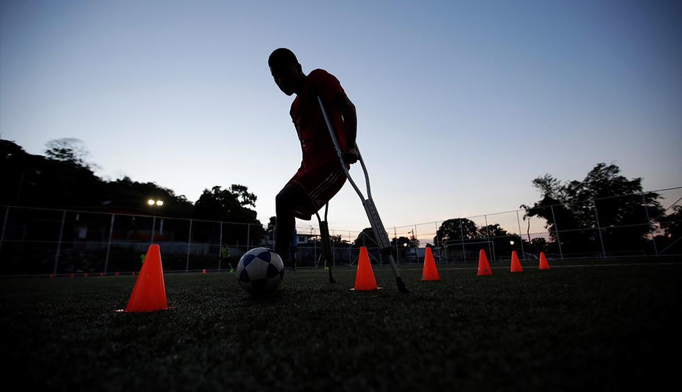 Las normas de juego varían un poco en función de cada país, pero impera una regla común: los jugadores tienen que tener al menos una pierna mutilada y jugar con muletas y sin prótesis. (EFE)