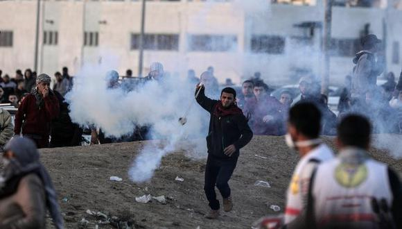 Miles de manifestantes se concentraron en varios lugares a lo largo de la frontera, aunque los enfrentamientos con los soldados israelíes fueron menos intensos que en las semanas anteriores. (Foto: EFE)