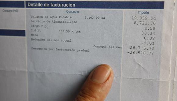 Este es el recibo con el que Sedapal quiso cobrar injustamente más de 28 mil soles a la mujer. (Luis Gonzales)