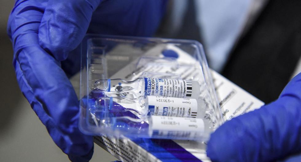 Una enfermera saca viales de la vacuna Sputnik V contra el coronavirus, el 16 de abril de 2021. (Robert ATANASOVSKI / AFP).
