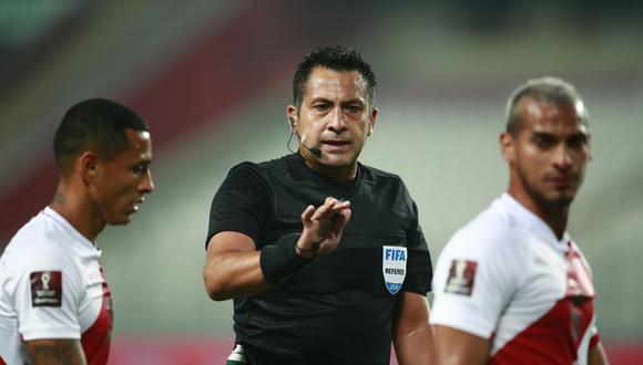 La Federación Peruana de Fútbol envió una queja a la Conmebol por el polémico arbitraje de Julio Bascuñán. (Foto: AFP)