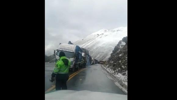Policía Nacional viene restableciendo el tránsito vehicular entre los kilómetros 121 y 138 de la Carretera Central. (Foto: @Mininter)