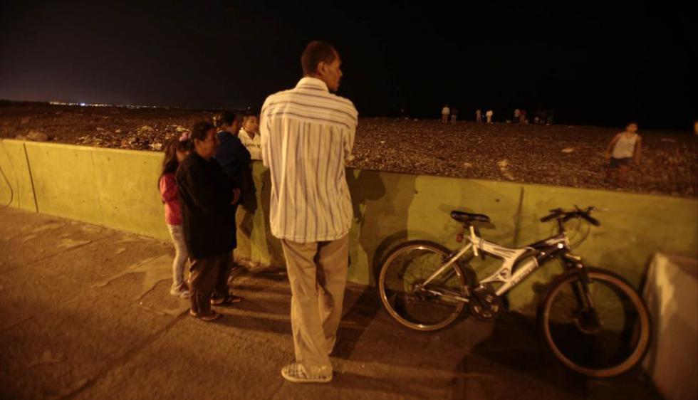 Pobladores de La Punta fueron al malecón a pesar de la alerta de tsunami. (Martin Pauca)