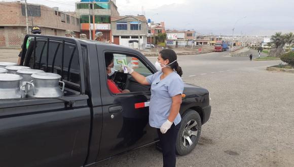 Personal de Salud especializado controla estado de salud de los transportistas que ingresan a Tacna con la finalidad de detectar posibles casos de coronavirus. (GEC)