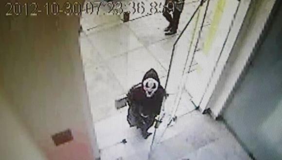 NO HAY LÍMITES. Hampón disfrazado como 'Scream' burló la seguridad de banco en Miraflores. (Imagen de TV)
