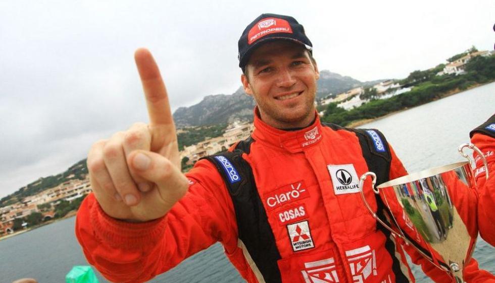 Nicolás Fuchs. En su tercera temporada completa en el Mundial de Rally, se quedó con el título de la Copa Producción. Por sus triunfos en México,Portugal, Argentina, Grecia, Italia y España, se convirtió en el primer campeón mundial peruano.