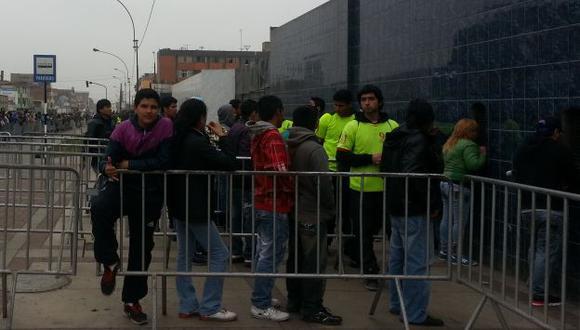 Los hinchas se aglomeraron para adquirir una entrada. (Carlos Lara Porras/Peru21)