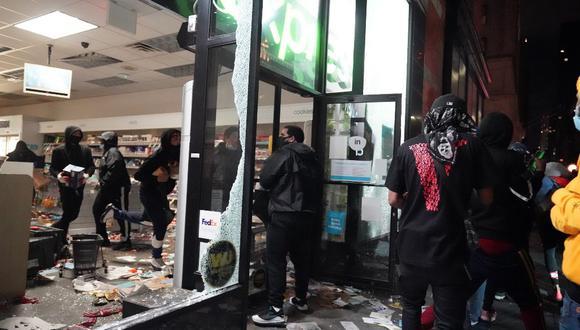 La gente saqueó una tienda en Nueva York durante las manifestaciones por la muerte de George Floyd. (Bryan R. Smith / AFP)