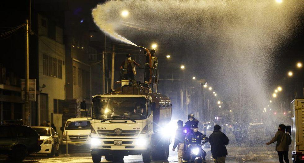 Las autoridades fiscalizan la entrada y salida del Mercado Mayorista de Frutas. (Foto: Andrés Paredes/GEC)