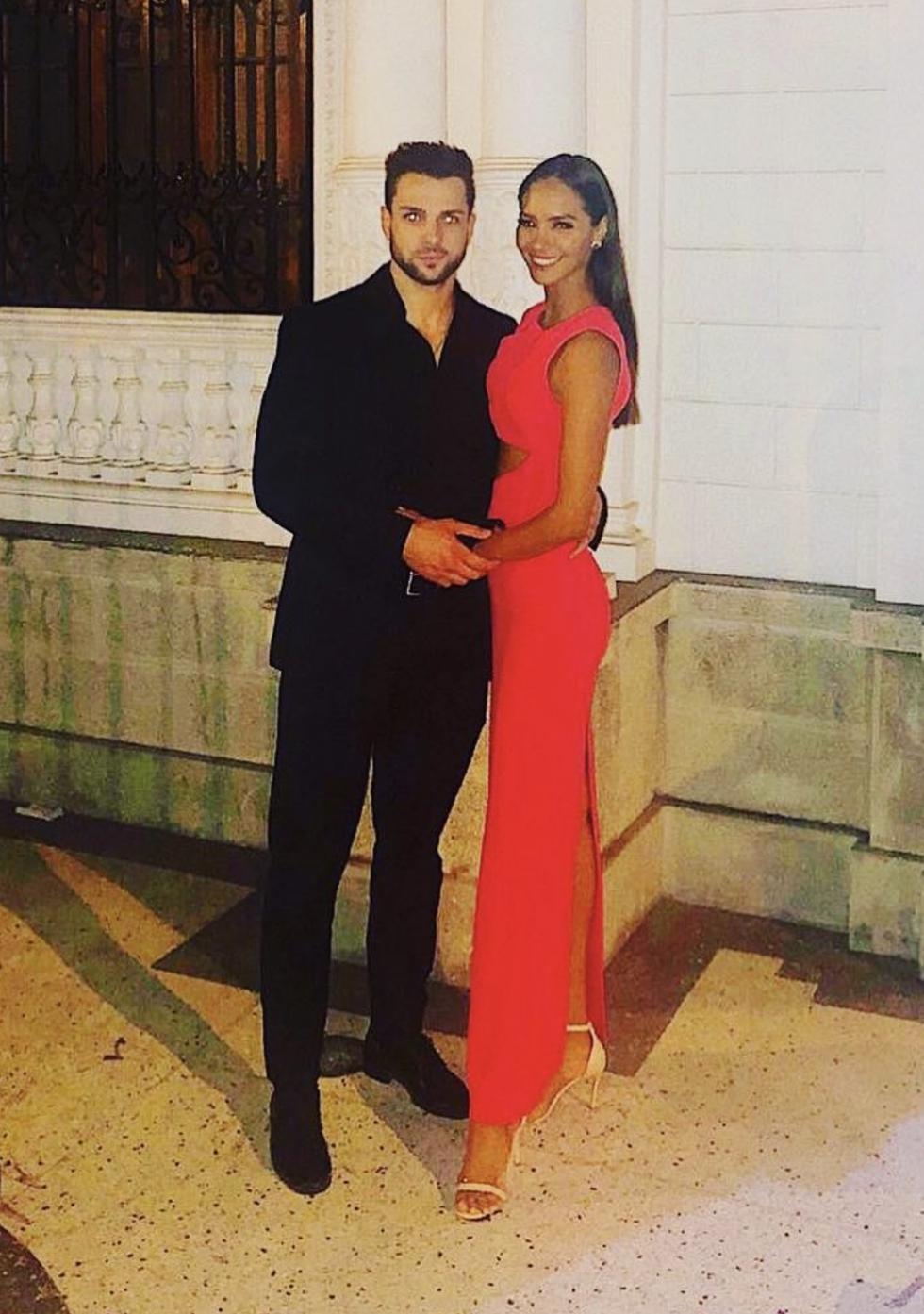 Nicola Porcella y Romina Lozano posan juntos en un matrimonio.