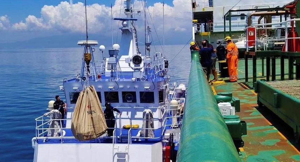 Imagen referencial. Miembros de la Guardia Costera de Filipinas visitan, este domingo, el buque gasero español Celanova fondeado en aguas Filipinas desde diciembre tras sufrir una avería cerca de Manila, Filipinas. (EFE/ SÓLO USO EDITORIAL).