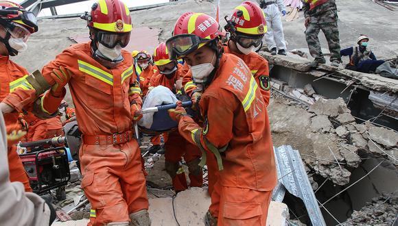 Un hombre es rescatado de los escombros de un hotel derrumbado en Quanzhou, donde habían personas en cuarentena por coronavirus. (Foto: AFP)
