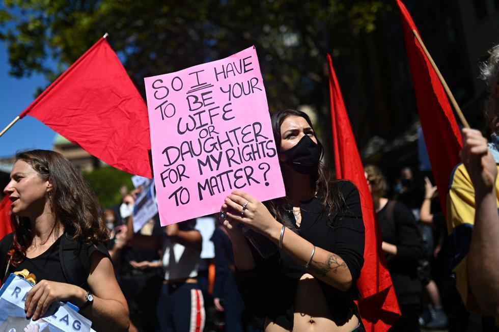 Miles de australianas salieron este lunes a las calles de su país para manifestarse contra la desigualdad de género y criticar al Gobierno por su gestión frente a varios casos de abusos sexuales en las esferas del Parlamento. (Texto: EFE / Foto: Steven Saphore)