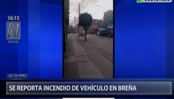 Auto se incendia en la cuadra 17 del jirón Varela, en Breña. (Captura/Canal N)