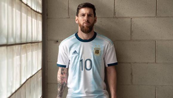 Lionel Messi lleva puesta la nueva camiseta de la selección argentina. (Foto: @Argentina)
