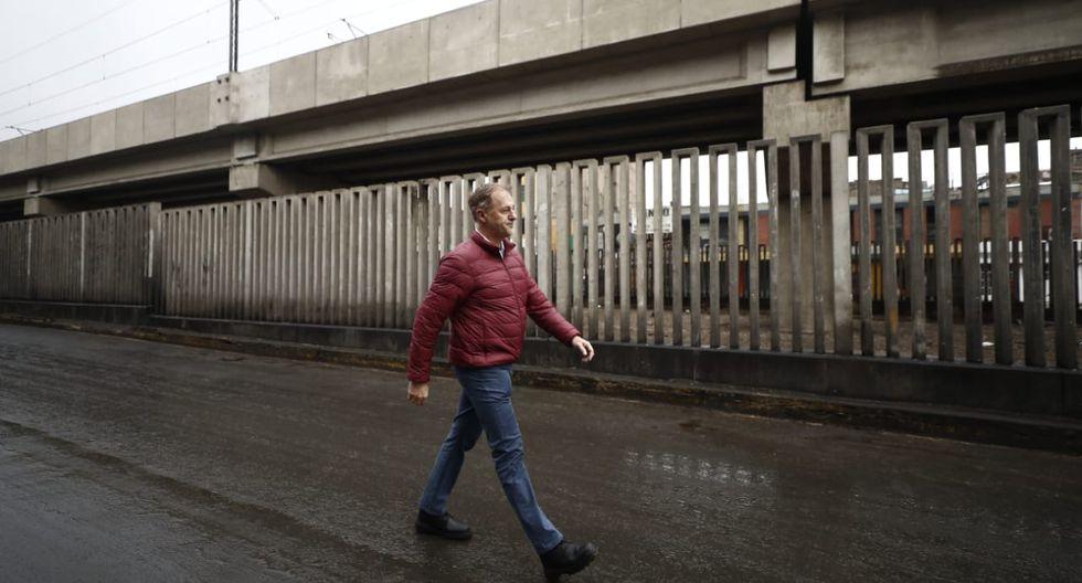 Alcalde Jorge Muñoz recorrió las cuadras que fueron cerradas al comercio ambulatorio. (César Campos /GEC)