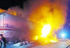 Ayacucho: chofer se salva de morir tras incendio de tráiler en Huamanga