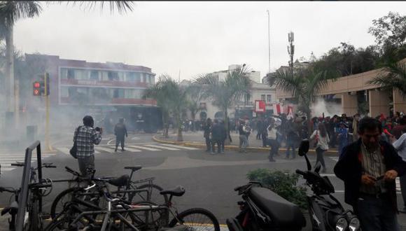 Maestros se dirigen hacia el centro de Lima.  (Twitter/@maralvama)