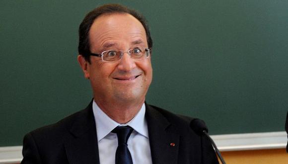 François Hollande captado con gracioso gesto en una escuela francesa. (Reuters)