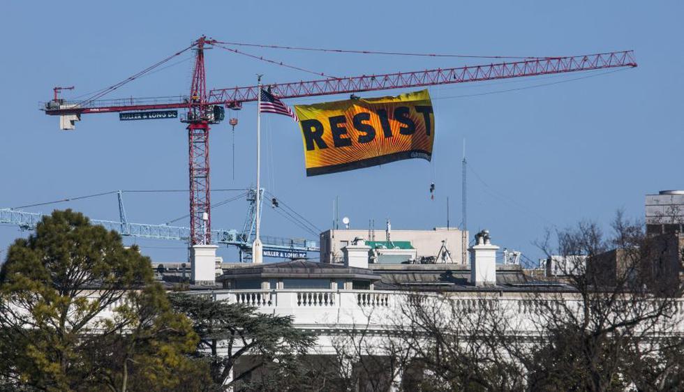 Bandera de Greenpeace mide 20 metros de largo. (EFE)