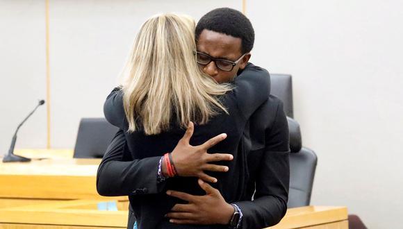 Luego de la sentencia contra Amber Guyger, el hermano menor de Botham Jean la abrazó y perdonó. (Tom Fox/Pool via REUTERS).