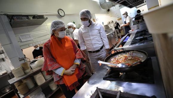 La ministra de la Producción, Rocío Barrios, evaluó los protocolos que implementarán los restaurantes.