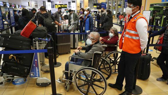 Viajeros hacen fila para registrarse en los vuelos hacia Estados Unidos, el pasado viernes 7 de mayo de 2021, en el aeropuerto internacional Jorge Chávez en Lima. (EFE/ Paolo Aguilar)