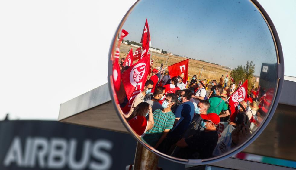 Los empleados de Airbus se reúnen antes de una protesta contra los recortes de empleo en Getafe (España). (REUTERS/Sergio Pérez).