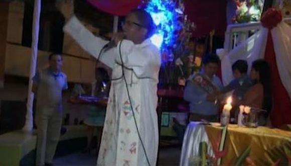 """El sacerdote Wilder Castillo aconsejó a las personas que si van a """"brindar deben hacerlo moderadamente ya que en exceso conduce a la perdición y el pecado"""". (América Tv)"""