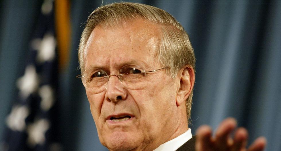 En esta foto de archivo tomada el 4 de mayo de 2004, el secretario de Defensa de Estados Unidos, Donald Rumsfeld, se dirige a una conferencia de prensa en el Pentágono. (STEPHEN JAFFE / AFP).