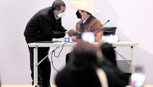 Bendecido. Castillo no tuvo problemas ayer en mostrarse cercano a su ministro de Trabajo. (Foto: GEC)