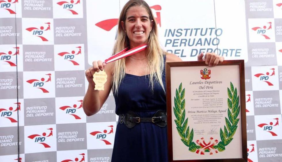 Brissa Málaga recibió los laureles deportivos y medalla cívica de Punta Hermosa. (@surfingbrissaperu)