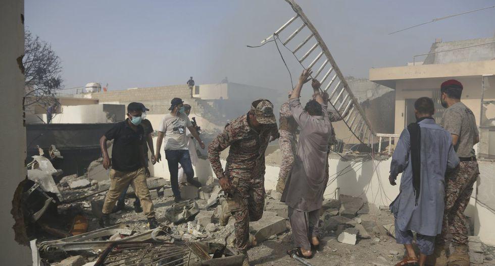 Equipos de emergencia trabajan en una zona de Karachi, Pakistán tras un accidente de avión. (AP/Fareed Khan).