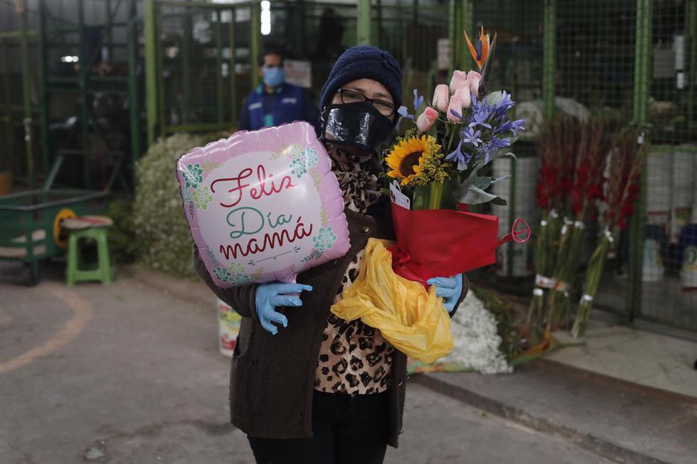 Venta de arreglos florales por el Dia de la Madre en el Mercado de Flores de Acho. (Leandro Britto/GEC)