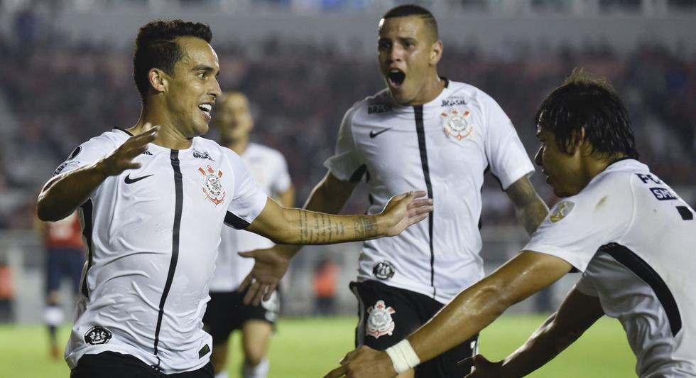 Corinthians fue más efectivo y se llevó tres puntos valiosos frente a Independiente. (AP)