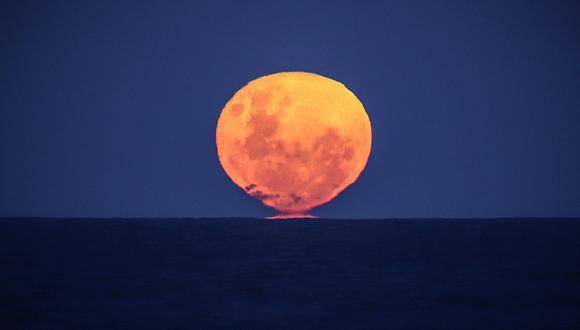 """Foto referencial. Se trata del último fenómeno de este tipo en el año 2021, luego de que el pasado mes de mayo se apreciaran un eclipse lunar junto y una """"superluna de sangre"""" o """"superluna roja"""". (DAVID GRAY / AFP)"""