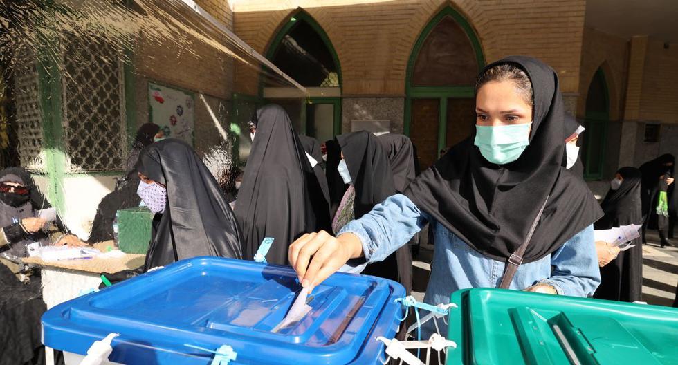 Una mujer iraní emite su voto para las elecciones presidenciales en un colegio electoral en Teherán, el 18 de junio de 2021. (ATTA KENARE / AFP).